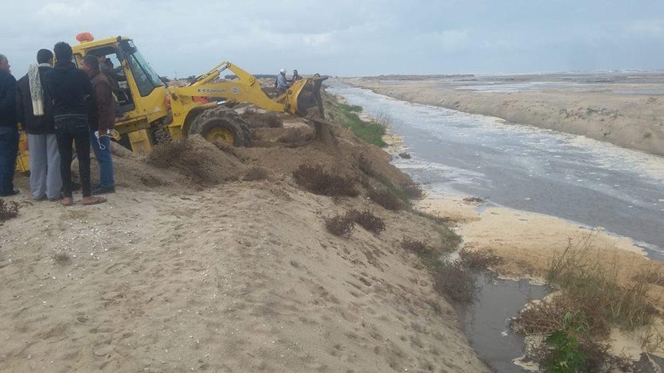 صور | وزارة الرى ترفع حالة الطوارئ للسيطرة على قطع شاطئ بلطيم