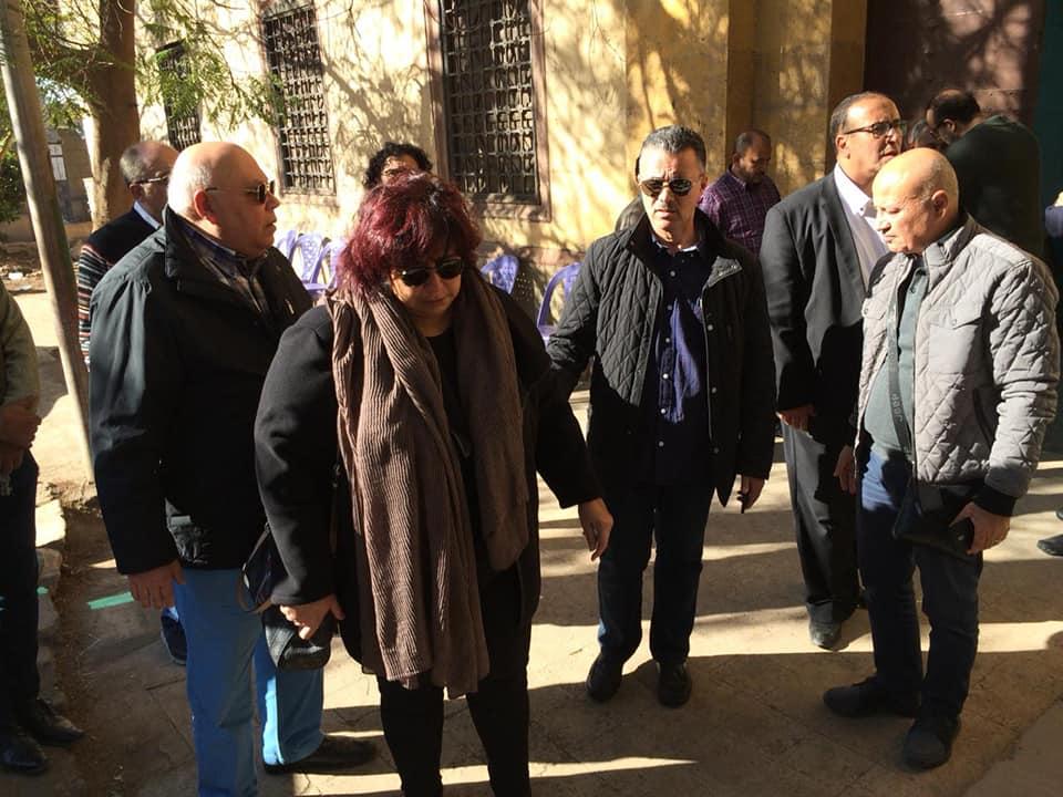 صور | وزير الثقافة تتقدم مشيعو الفنان حسن كامى في مقابر باب الوزير