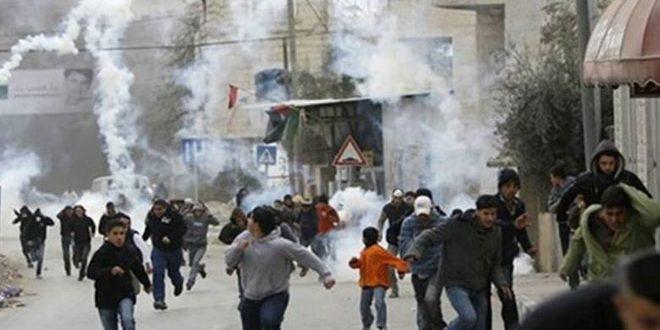 إصابة عشرات الفلسطينيين بالاختناق خلال قمع الاحتلال لمسيرة بنابلس