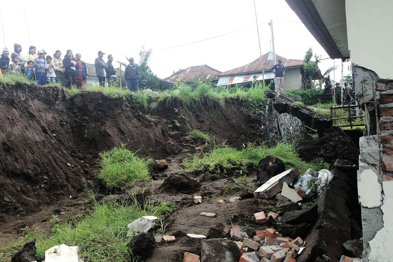 مصرع 7 طلاب وإصابة 9 آخرين في انهيار أرضي بمنتجع بإندونيسيا