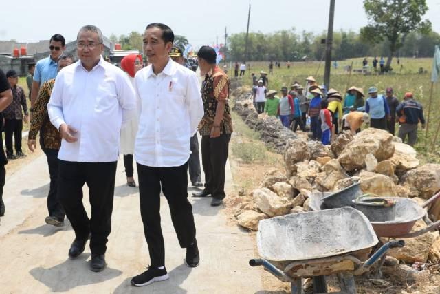 صور | الرئيس الإندونيسي يتفقد المنطقة المتضررة جراء موجات تسونامي
