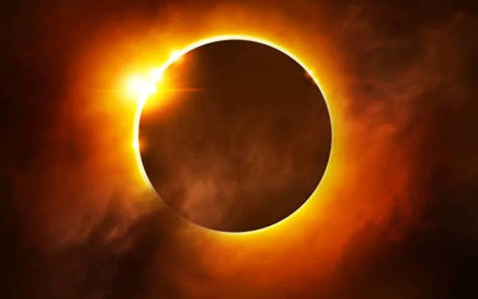 رئيس معهد الفلك : الشمس والقمر يستقبلان 2019 بكسوف وخسوف في يناير المقبل