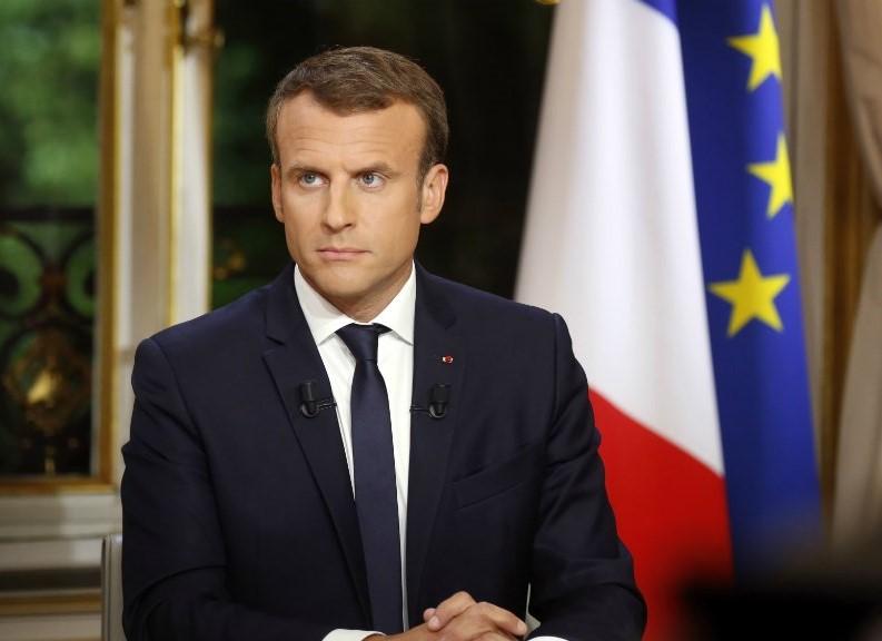 الرئيس الفرنسي يحمل تطبيقًا على هاتفه المحمول لقياس تطور أداء حكومته