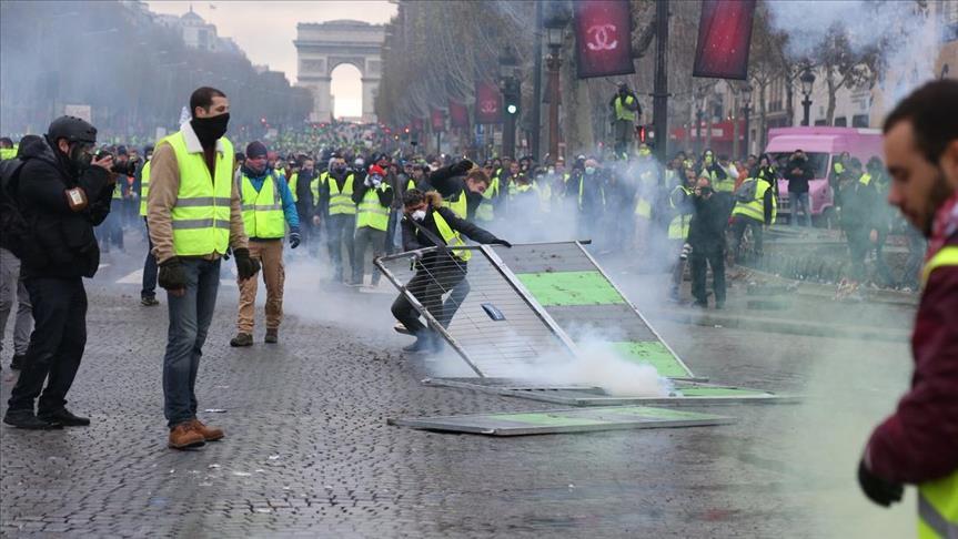 المفوضية الأوروبية تؤيد حق التظاهر وتنأى بنفسها عن مطالب السترات الصفراء