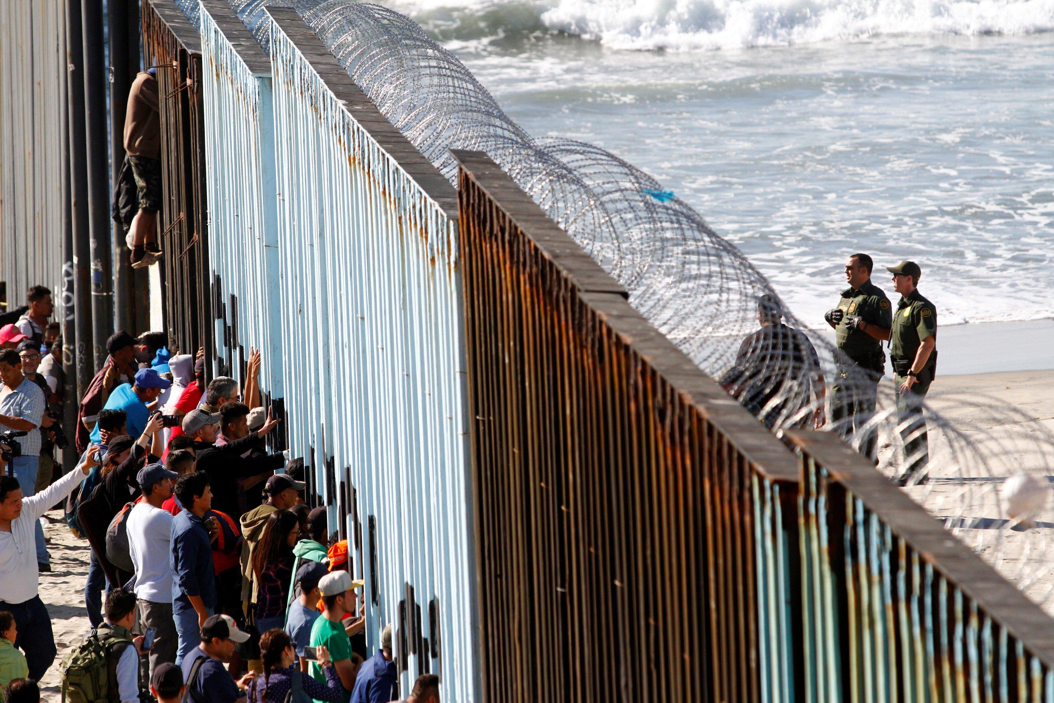 البيت الأبيض: الإدارة الأمريكية تعتزم إعادة معظم المهاجرين بعد القبض عليهم للمكسيك