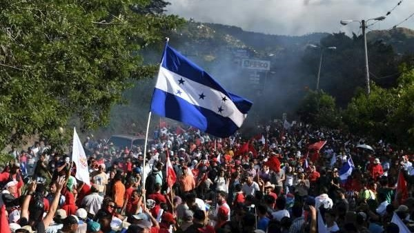 الشرطة فى هندوراس تفرق مظاهرة طلابية تطالب بتنحي رئيس البلاد عن منصبه