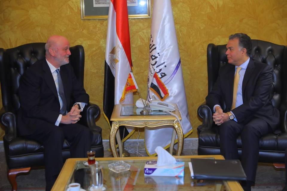 صور | وزير النقل يبحث سفير أسبانيا بالقاهرة سبل التعاون في مجال السكك الحديدية