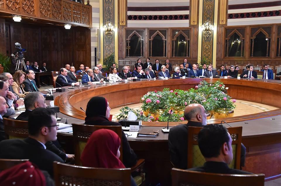 صور | الرئيس يجتمع مع محافظ الوادي الجديد والقيادات التنفيذية والشعبية بالمحافظة