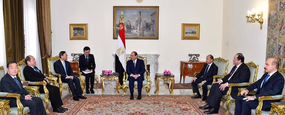 الرئيس السيسي يستعرض المشروعات المشتركة في مجال الطاقة مع الممثل الصيني