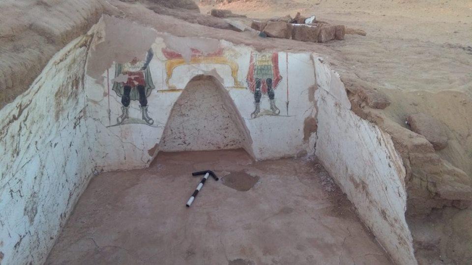 صور | إكتشاف مقبرتين أثريتين في منطقة بئر الشغالة بواحة الداخلة