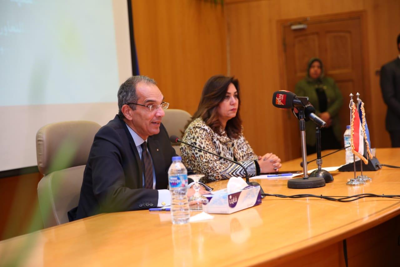 صور | وزير الاتصالات يوقع بروتوكولا لتطوير ديوان محافظة دمياط وآخر للعلاج عن بعد