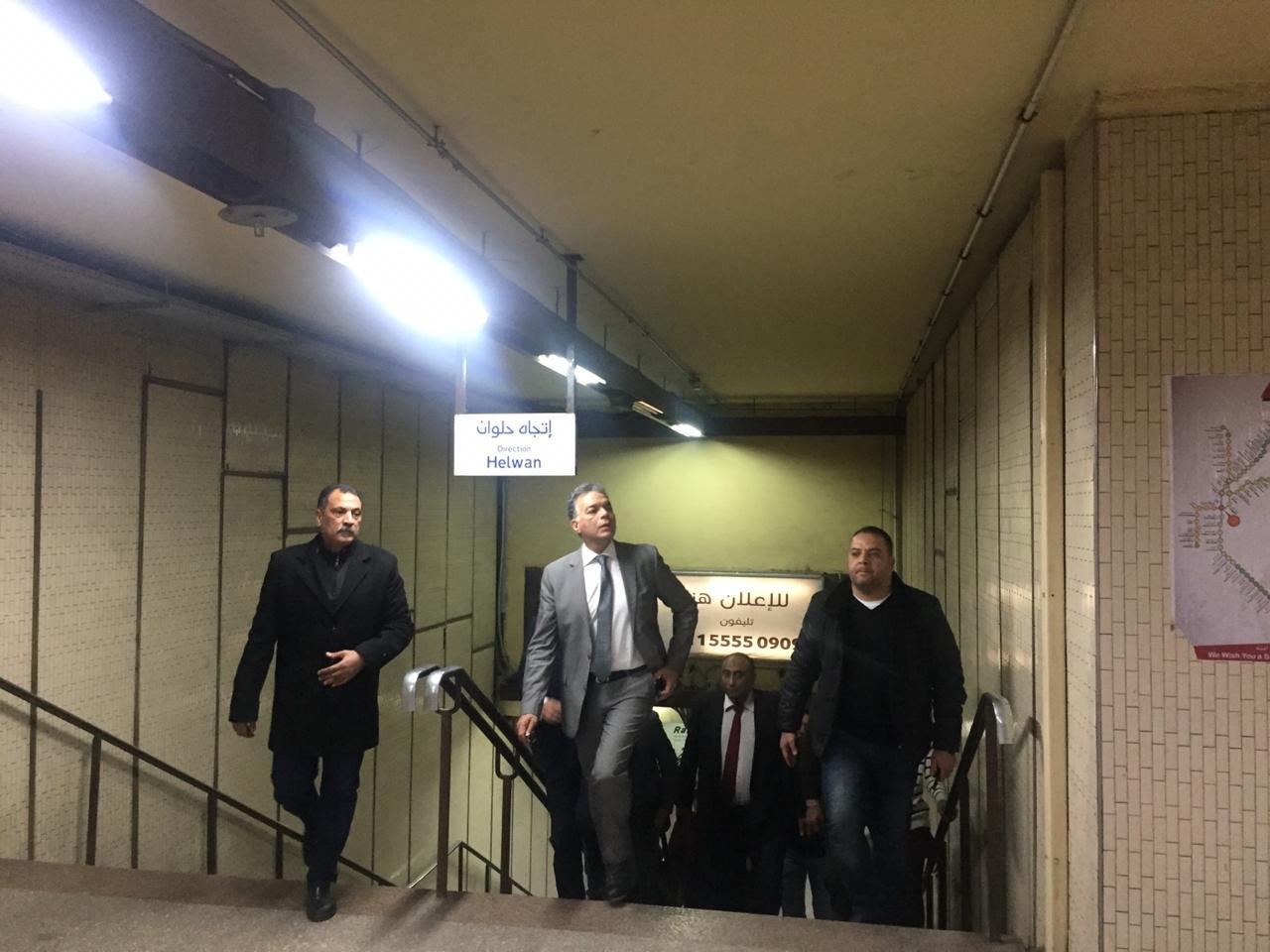 صور | جولة مفاجئة لوزير النقل في محطة مترو السادات