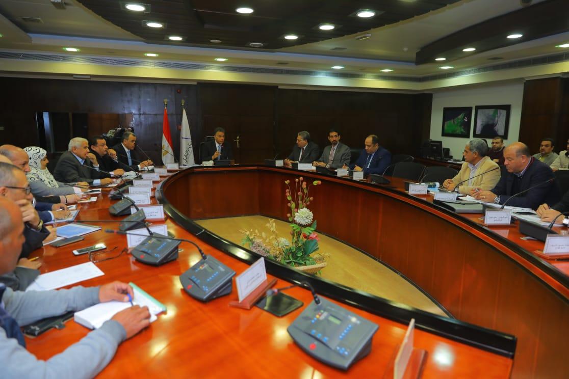 صور | وزير النقل يتابع مع قيادات «الطرق والكباري» تنفيذ مشروعات محاور النيل بالصعيد