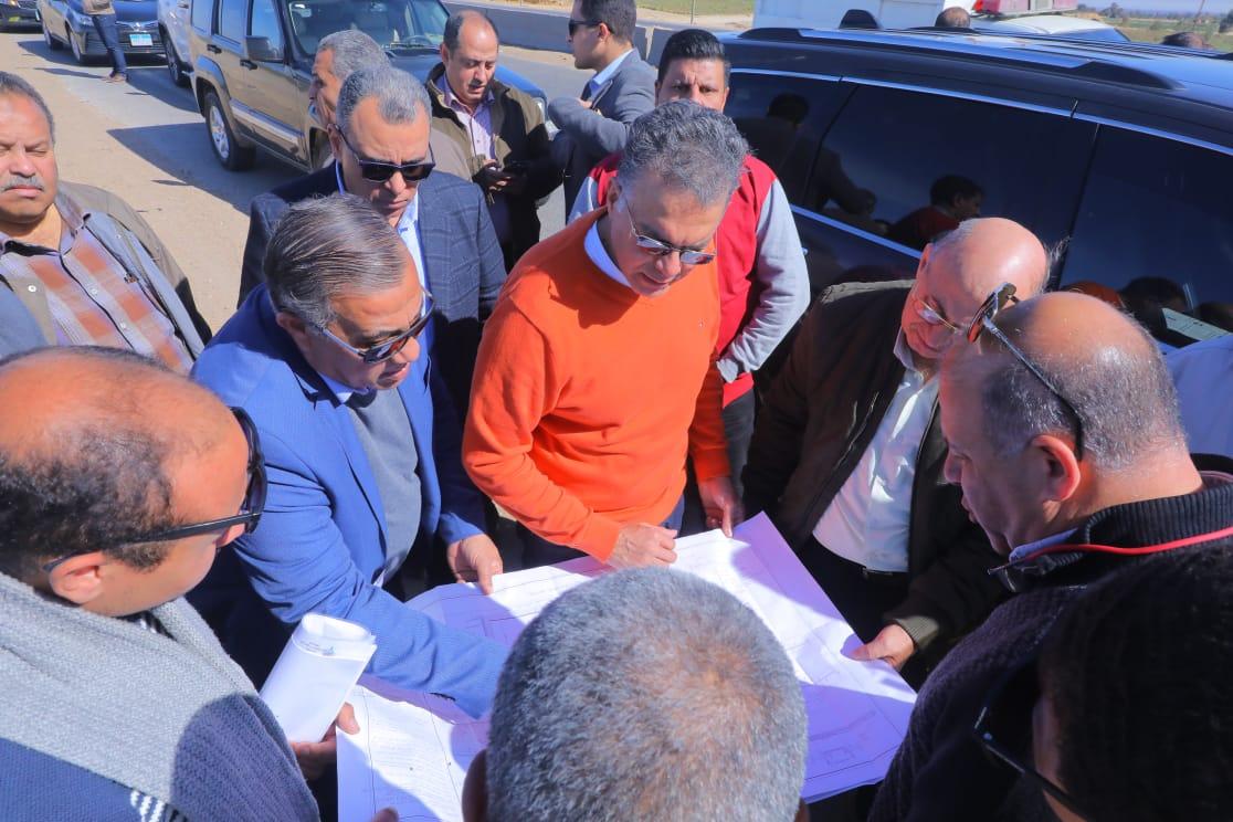 صو | وزير النقل يتابع مشروعات الطرق والكبارى في محافظات الصعيد
