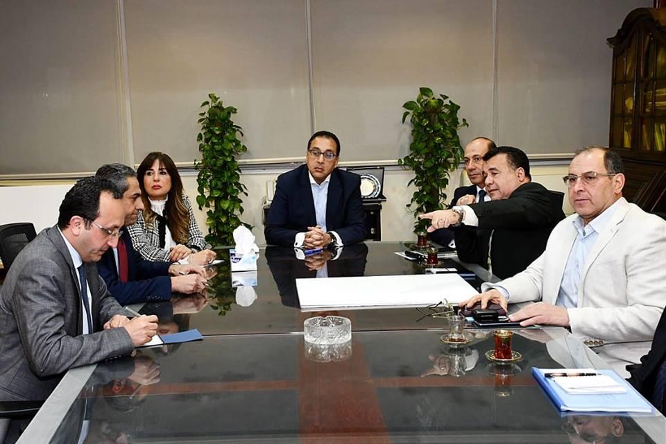 صور   رئيس الوزراء يعقد اجتماعا لمتابعة تنفيذ محور 30 يونيو وطريق هضبة أسيوط الغربية