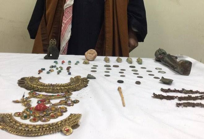 ضبط موظف بحوزته 65 قطعة أثرية تضم «عصا حورس» في المنيا