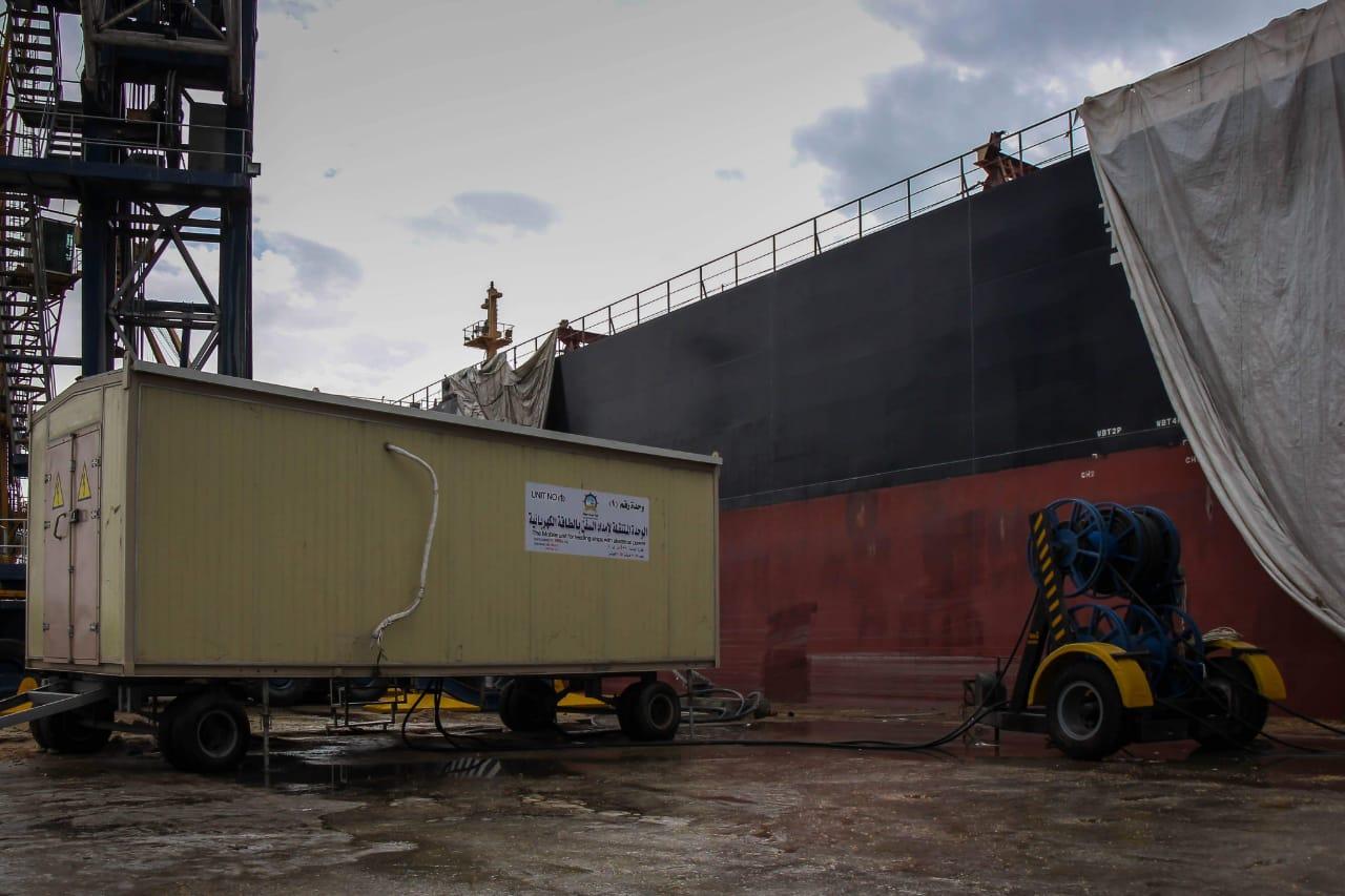 وحدة متنقلة لإمداد السفن العملاقة بالتيار الكهربى بميناء دمياط لأول مرة
