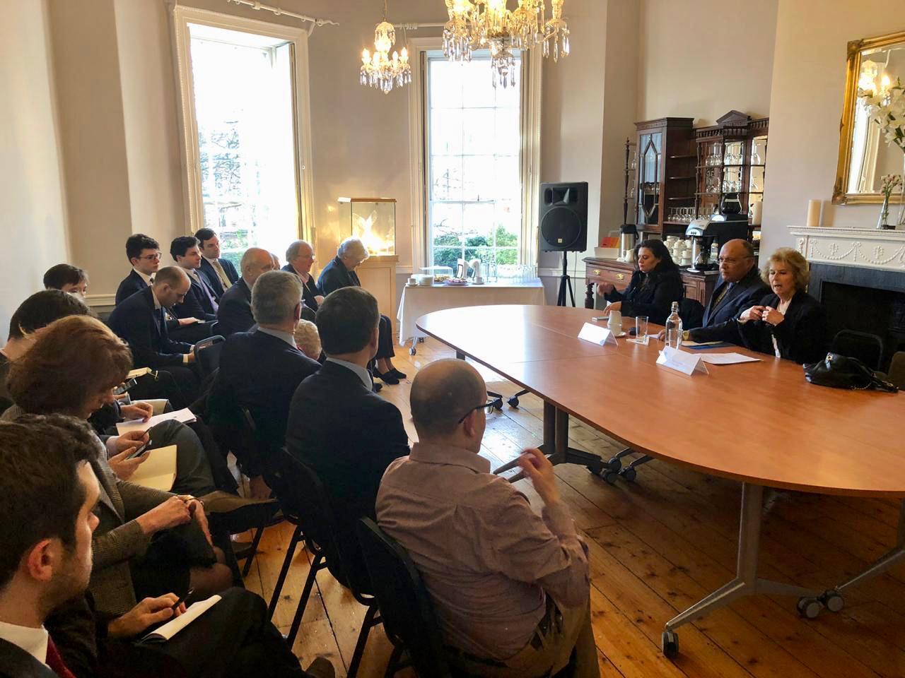صور| سامح شكرى يعقد جلسة حوارية مع أعضاء معهد الشئون الدولية والأوروربية