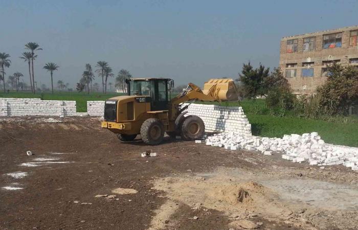 إزالة 26 حالة تعدى على اراضي زراعية بديرمواس بالمنيا