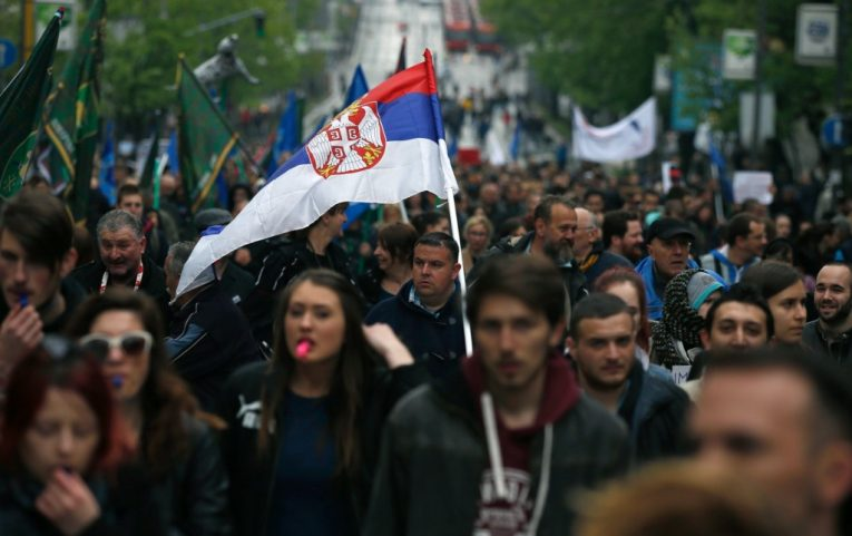 تظاهرة مناهضة للحكومة أمام مبنى الإذاعة الرسمي في صربيا