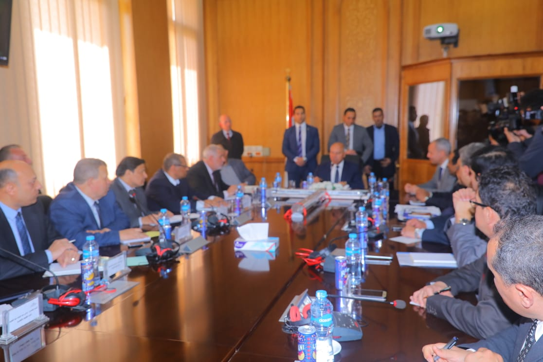 صور | وزير النقل يعقد اجتماعا موسعا مع رئيس وقيادات هيئة السكك الحديدية
