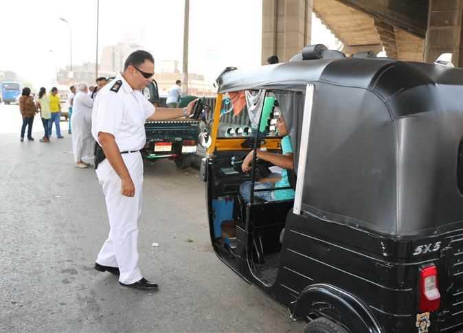 حملات دورية لمنع سير التوك توك بالمحاور الرئيسية بمدينة 6 أكتوبر