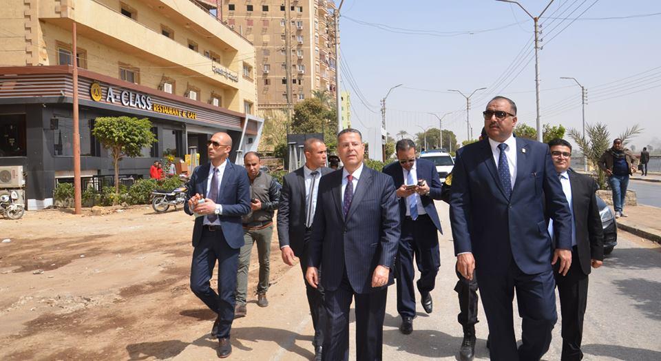 صور   محافظ بني سويف ومدير الأمن يتابعان أعمال رفع الإشغالات بمنطقة كورنيش النيل
