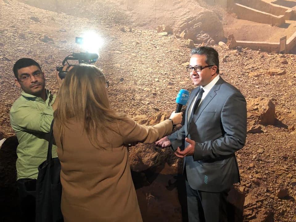 صور | صحف عالمية تتسابق للقاء وزير الآثار قبل معرض الملك الذهبى