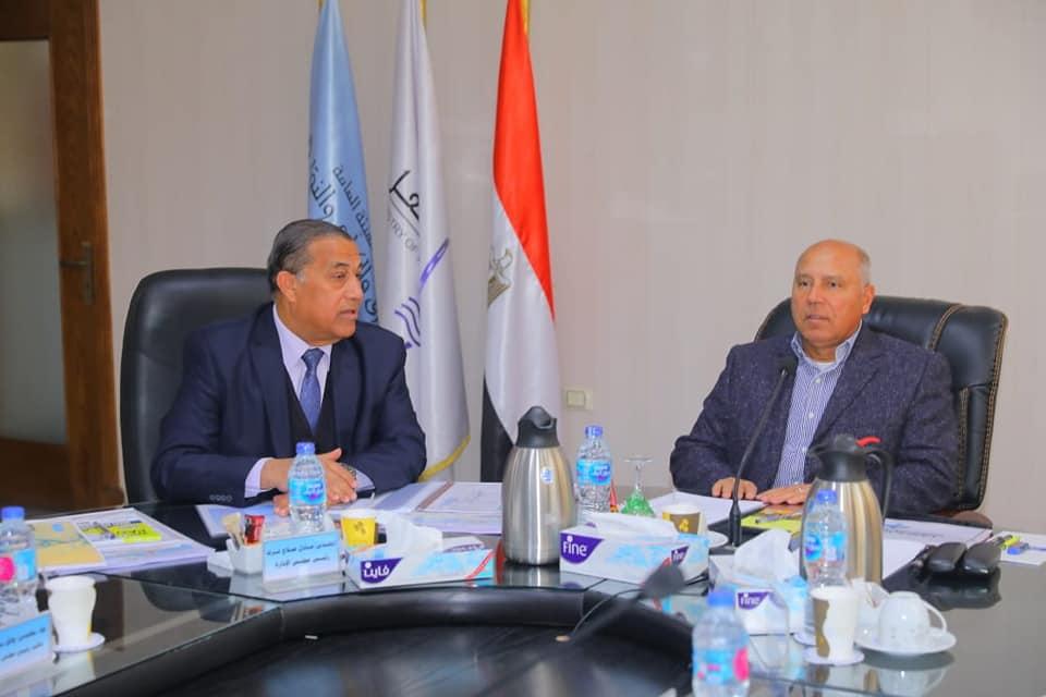 وزير النقل يجتمع مع رئيس وقيادات الهيئة العامة للطرق والكباري لمتابعة الموقف التنفيذي