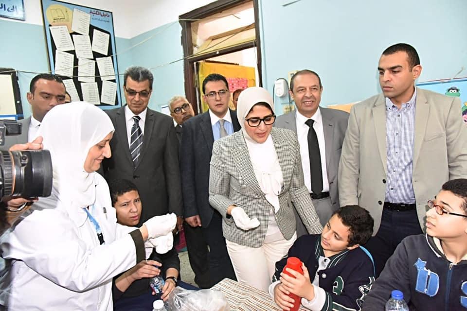 صور | وزيرة الصحة ومحافظ القاهرة يطلقان حملة القضاء على الطفيليات المعوية بين التلاميذ