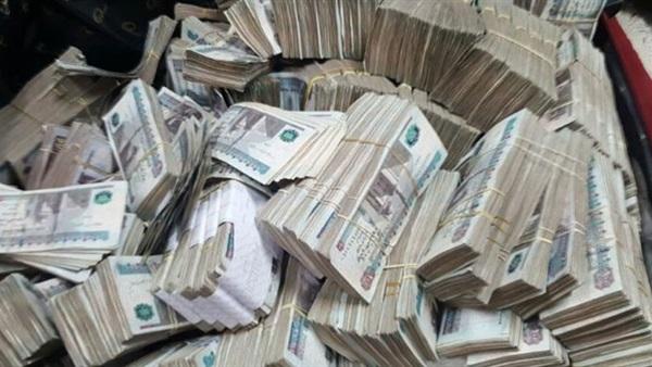 ضبط أحد الركاب بمطار القاهرة لمحاولته تهريب 725 ألف جنيه خارج البلاد