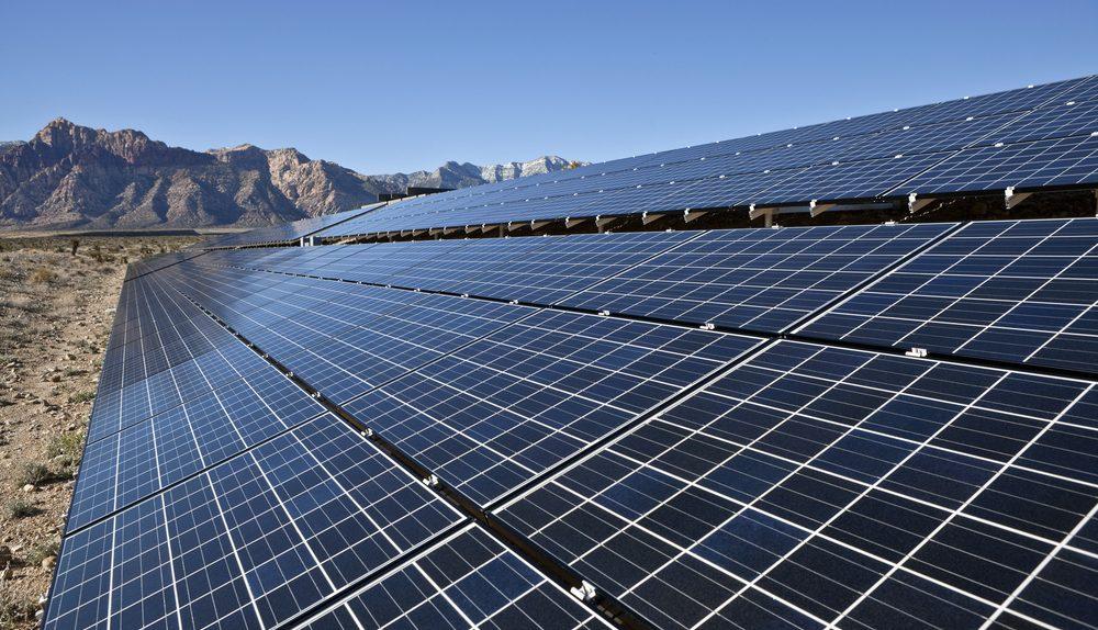 إنفوجراف | معلومات عن أكبر مجمع محطات للطاقة الشمسية في أسوان