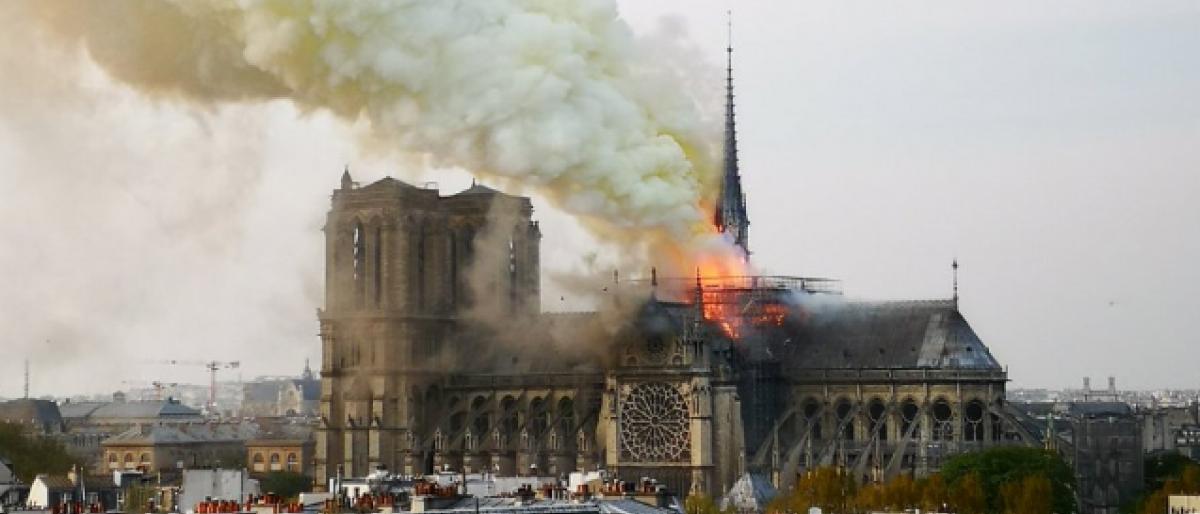 حريق هائل يلتهم كاتدرائية نوتردام التاريخية في باريس