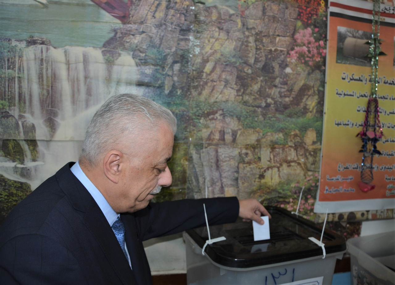 صور | وزير التعليم يدلى بصوته فى الاستفتاء على تعديل الدستور بمدرسة المنيرة