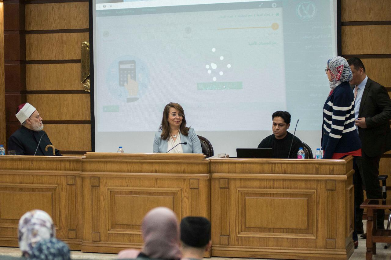 صور | وزيرة التضامن تجرى القرعة العلنية الالكترونية لاختيار حجاج الجمعيات الأهلية