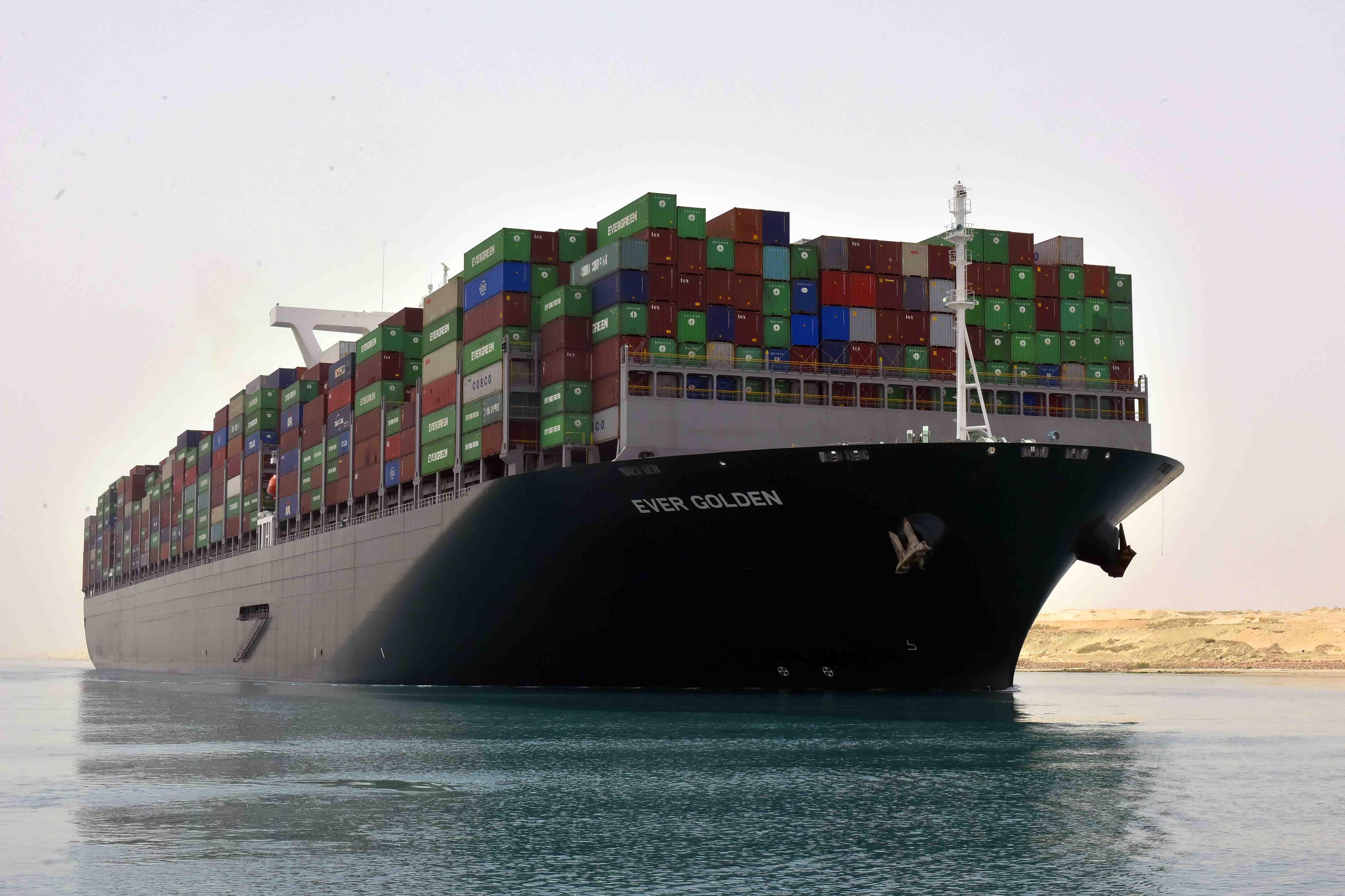 52 سفينة تعبر المجرى الملاحي لقناة السويس بحمولات بلغت  3 ملايين و700 ألف طن