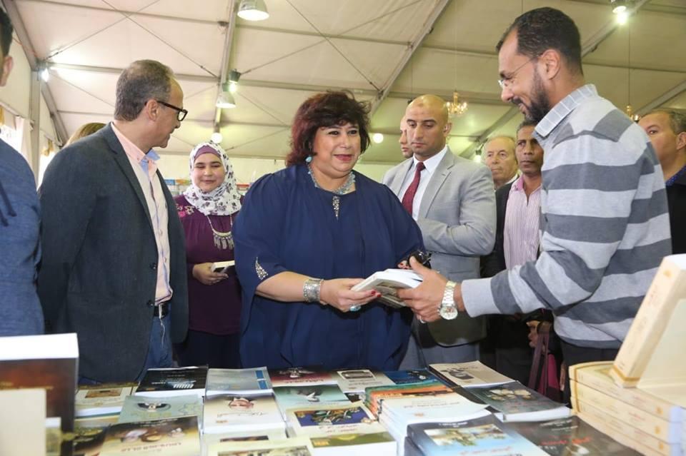 صور | وزير الثقافة تتفقد معرض الاسكندرية للكتاب وتقرر اعادة اقامته فى الصيف