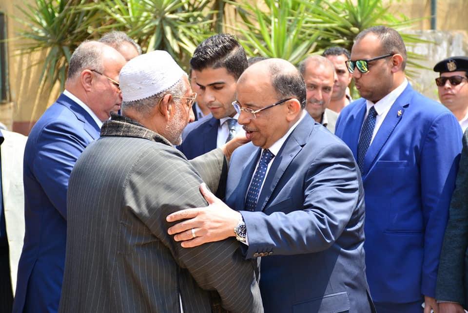 صور | وزير التنمية المحلية يدلي بصوته بالاستفتاء على التعديلات الدستورية بمصر الجديدة