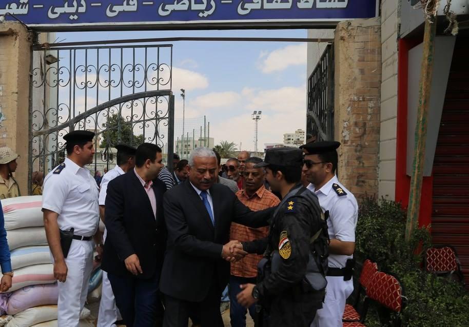 صور | محافظ السويس يتابع الاستفتاء على التعديلات الدستورية في لجان فيصل وعتاقة