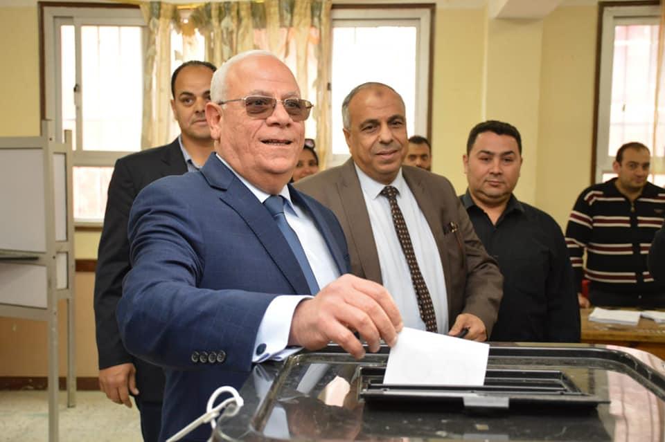 صور | محافظ بورسعيد يدلي بصوته بمدرسة المشير احمد اسماعيل الاعدادية بنات