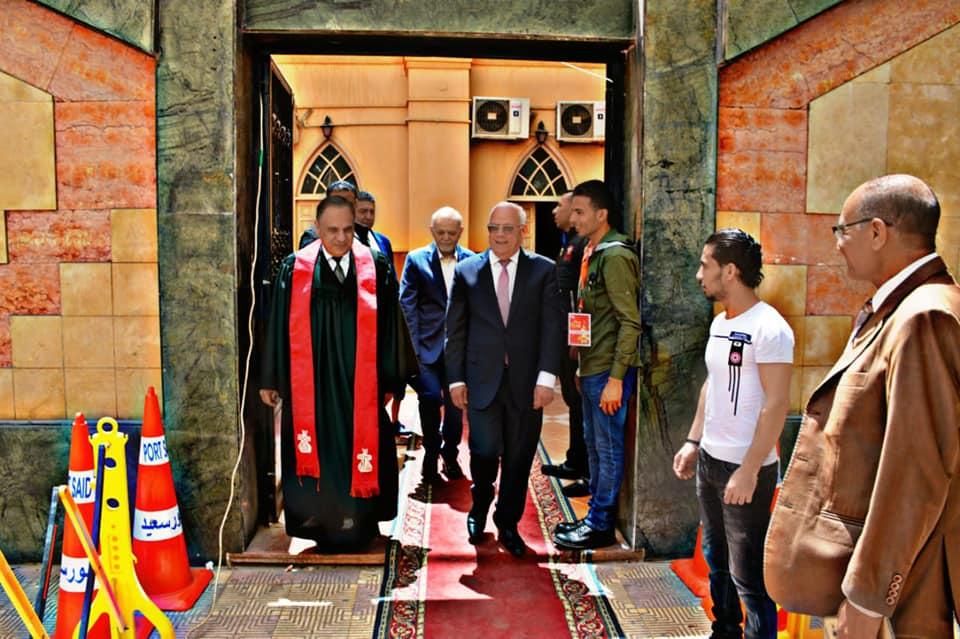 صور | محافظ بورسعيد يزور عدد من الكنائس لتقديم التهنئة بعيد القيامة المجيد