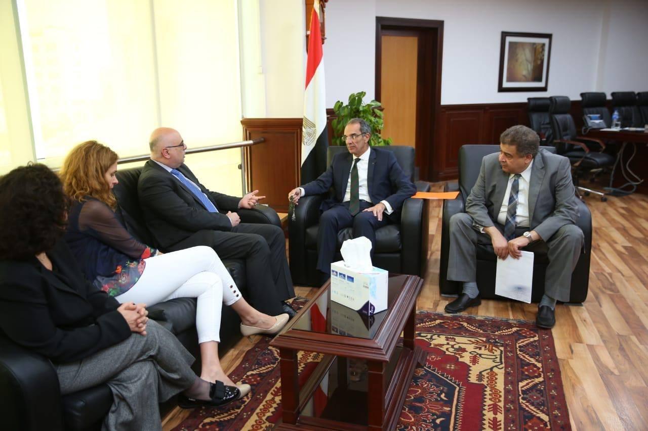 وزير الاتصالات يناقش مع وفد البنك الدولي زيادة انتشار الانترنت فائق السرعة في مصر