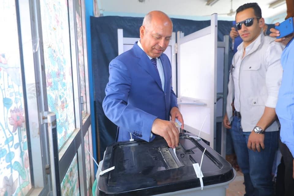 صور   وزير النقل يدلي بصوته بالاستفتاء على التعديلات الدستورية في التجمع الخامس