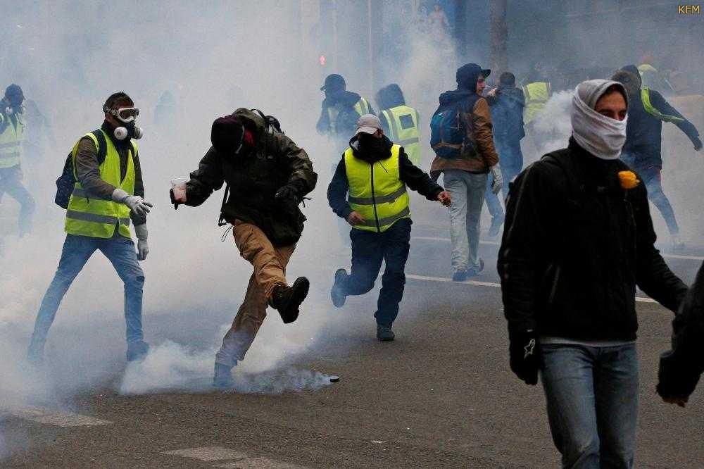 اشتباكات بين الشرطة ومحتجى السترات الصفراء فى باريس