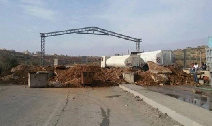 الاحتلال الإسرائيلي يغلق طريقا جنوب الخليل بالسواتر الترابية