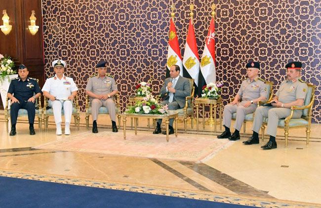فيديو وصور| الرئيس السيسي لقادة الجيش: لن ننسى شهدائنا الذين أناروا بدمائهم طريق التنمية