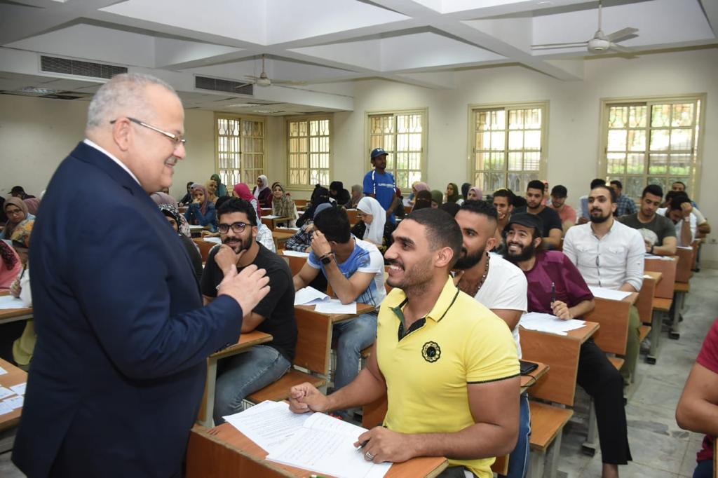 صور| رئيس جامعة القاهرة يتفقد سير الامتحانات.. ويؤكد: لم نتلق شكاوى بسبب الموجة الحارة