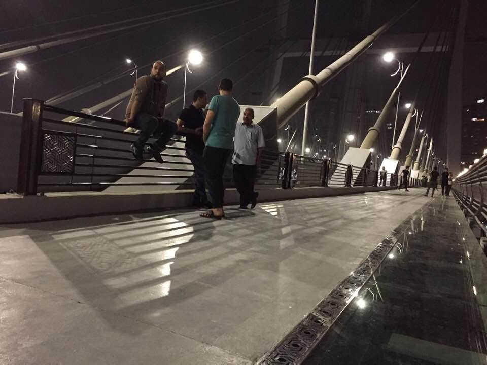 صور | المصريون بدأوا الفسحة على الممشى الزجاجى