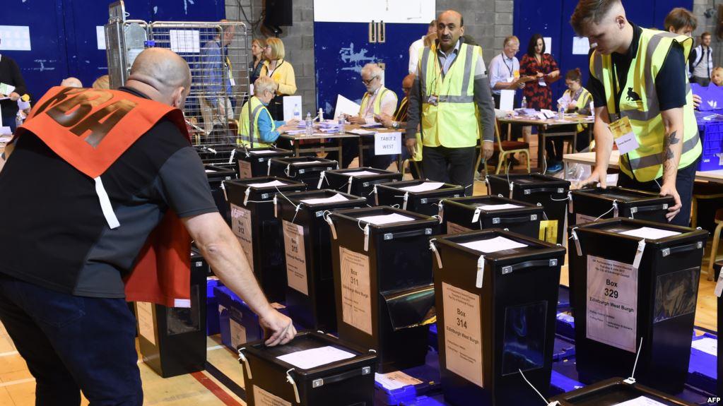 الناخبون البريطانيون الداعمون لبريكست يعاقبون الحزبين الرئيسيين في الانتخابات