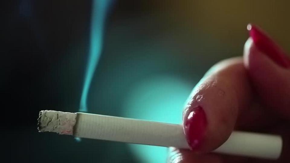 خبراء: الإجهاد والتدخين عاملان يسببان الشيب المبكر للشعر